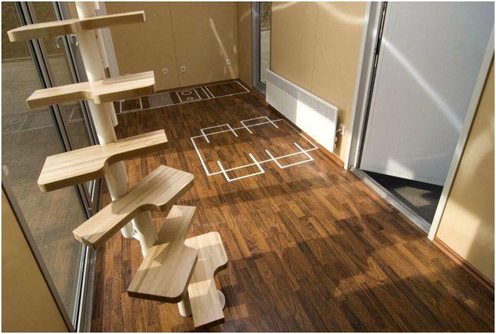 В отделке интерьера использованы преимущественно деревянные элементы. Дом имеет минимальные удобства для временного проживания.
