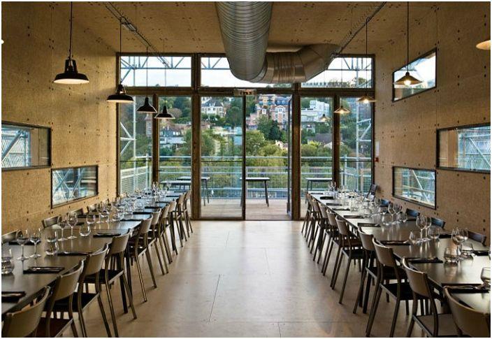 Контейнерный ресторан в минималистичном стиле способен вместить 120 человек.