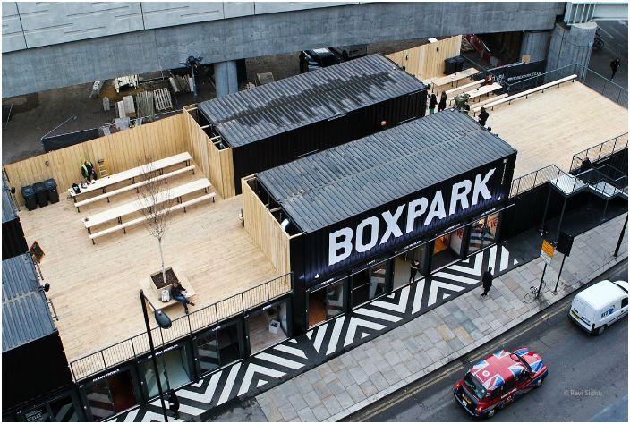 Комплекс состоит из 61-го контейнера. Площадь центра разделена на отдельные магазины, что необычно для дизайна торгового центра.