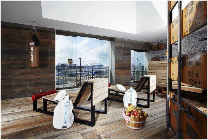 На крыше отеля находится «Hafen Sauna», с множеством шезлонгов и потрясающим панорамным видом на гавань.
