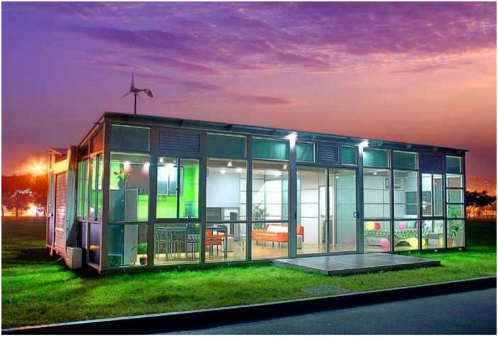 Удивительный просторный дом, который разворачивается из одного контейнера с комплектующими – как конструктор. Главное достоинство этого проекта - его мобильность.