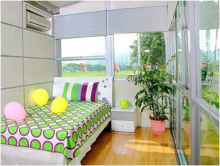 Дом изначально не имеет никаких несущих перегородок, стен и столбов. Разделить на зоны его можно с помощью мебели и складных перегородок.