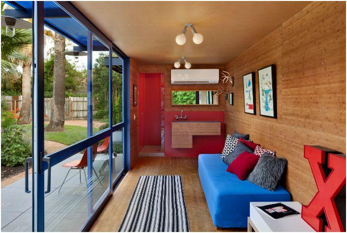 Внутри дом обшит деревянными панелями. Интерьер домика довольной простой из-за ограниченного пространства.