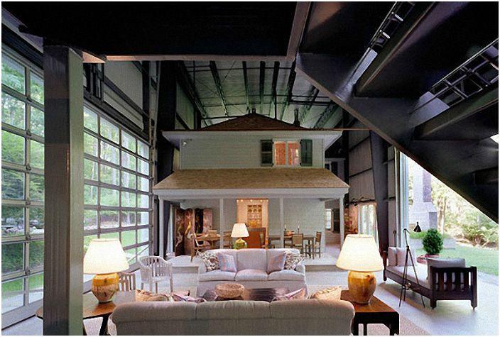 Дом имеет несколько уровней. Внутри основного здания есть меньшие отдельные компоненты, которые выглядят как самостоятельные дома.