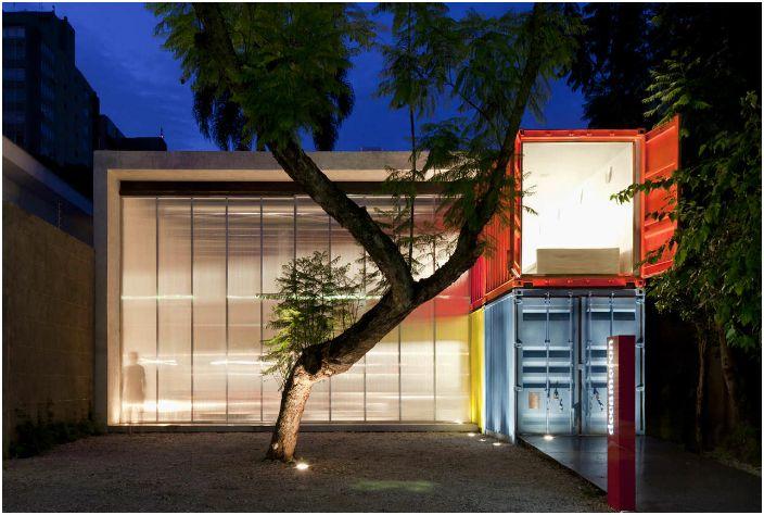 Дом, высотой в два морских контейнера от бразильского архитектора Марсио Когана.