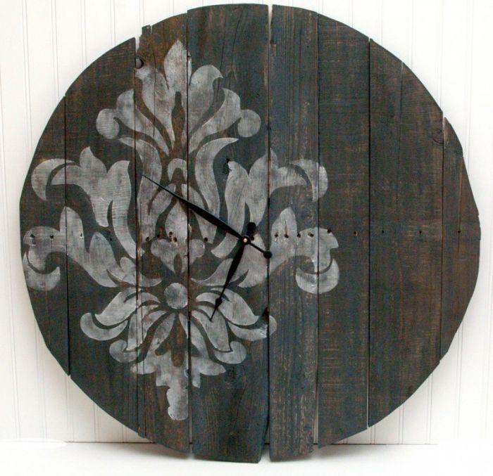 Часовник, изработен от стари дървени дъски, украсени с прост модел.