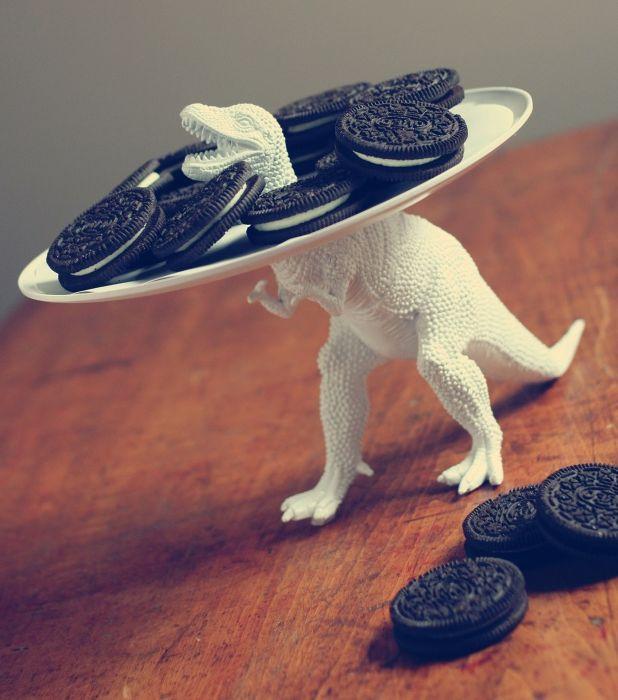 Ястие с бисквитки, сервирано с динозавър.