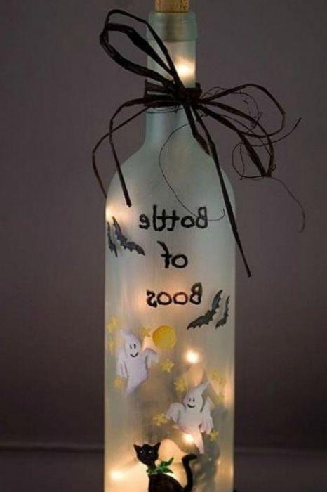 Украсете бутилката със специални бои или направете апликация, а вътре поставете свещ.