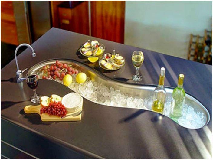 Большая раковина необычной формы, которую можно использовать не только для мытья посуды, но и как бар, заполнив ее льдом, фруктами и напитками.