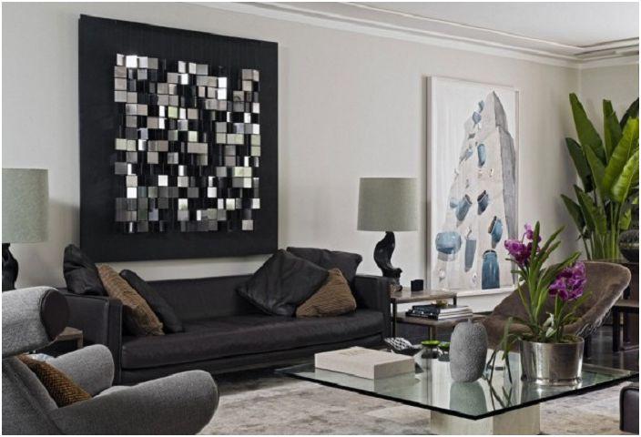 Комбинацията от тъмни и светли цветове в дизайна, с необичайна декорация на стени е атмосферна.