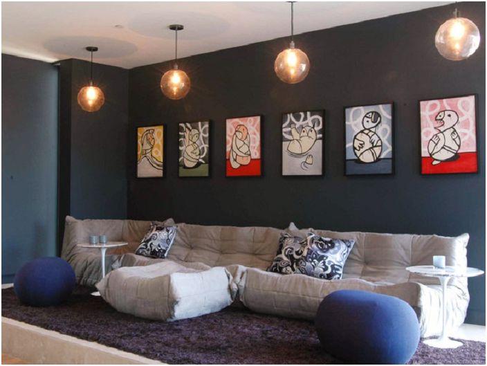 Картини като допълнение към уютната атмосфера на стаята.