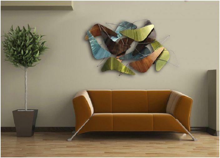Абстрактността на декорацията на стената в тази стая се интересува особено от нея.