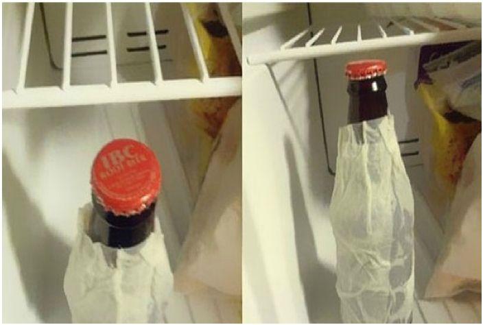 Butelka owinięta w wilgotną szmatkę schłodzi się w lodówce w ciągu kilku minut.