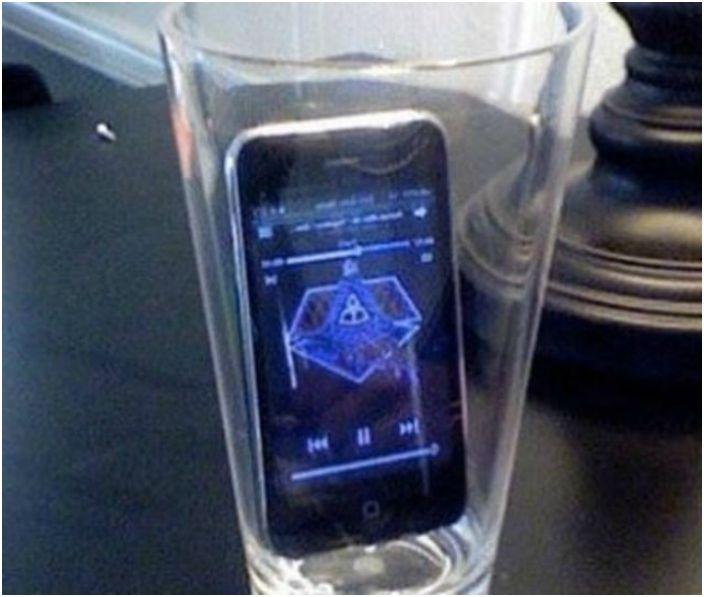 Jeśli włożysz telefon do pustej szklanki, głośność muzyki znacznie wzrośnie.