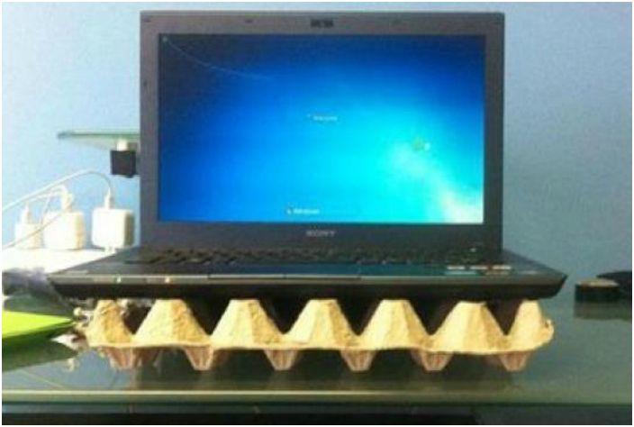 Tekturowa taca na jajka chroni laptopa przed przegrzaniem i zapewnia dobrą cyrkulację powietrza.