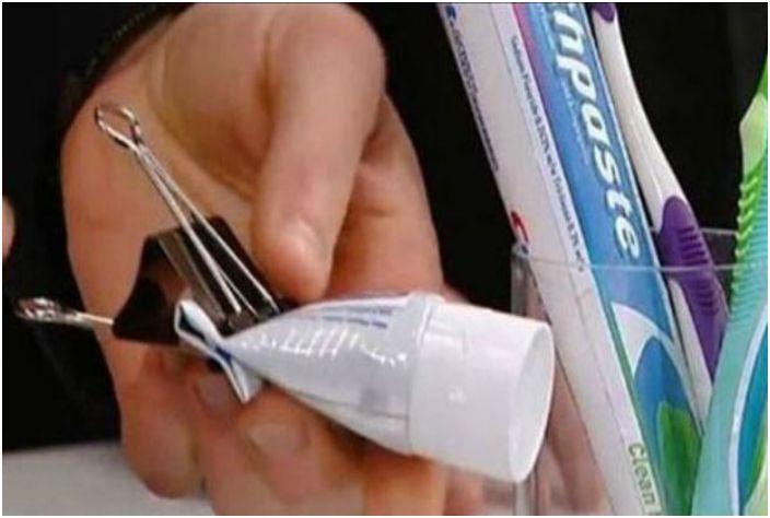 Użyj spinacza do papieru, aby wygodnie i ekonomicznie wycisnąć różne produkty z tub.