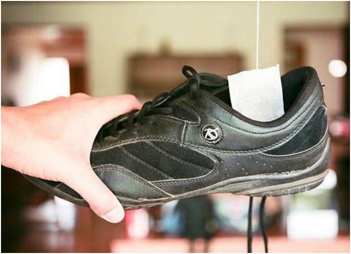Włóż do butów suchą torebkę herbaty na kilka godzin, aby pozbyć się nieprzyjemnego zapachu.