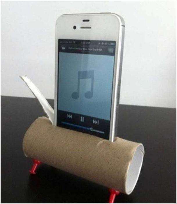 Użyj tekturowego pojemnika na papier toaletowy jako stojaka i wzmacniacza dźwięku dla swojego smartfona.
