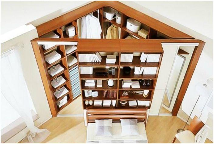Просторен ъглов гардероб ще ви помогне да използвате най-добре обикновено празното пространство.