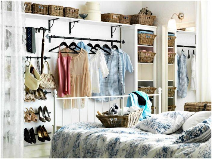 Празна стена в стаята може да бъде оборудвана с отворена съблекалня за често носени дрехи и обувки.