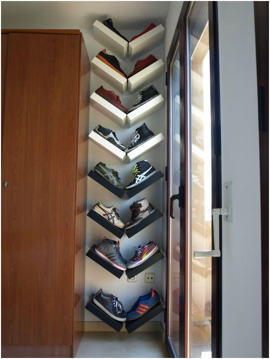 Рафтовете, приковани към стената във V-образна форма, са чудесно място за съхраняване на обувки.