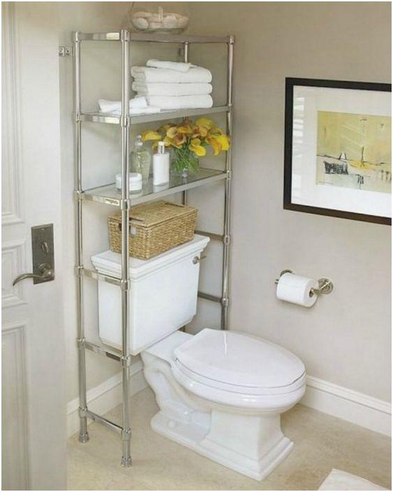 Тоалетните принадлежности и перилните препарати могат да се съхраняват на рафта зад тоалетната.