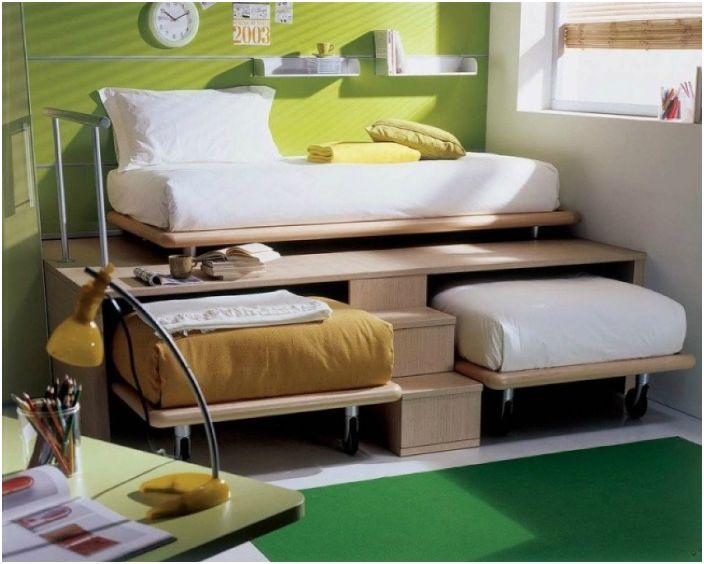 Детските легла, прибрани в подиума, са идеални за малка стая.