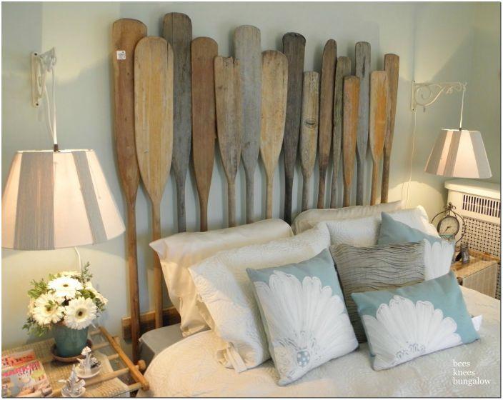 Простые деревянные весла в изголовье кровати.