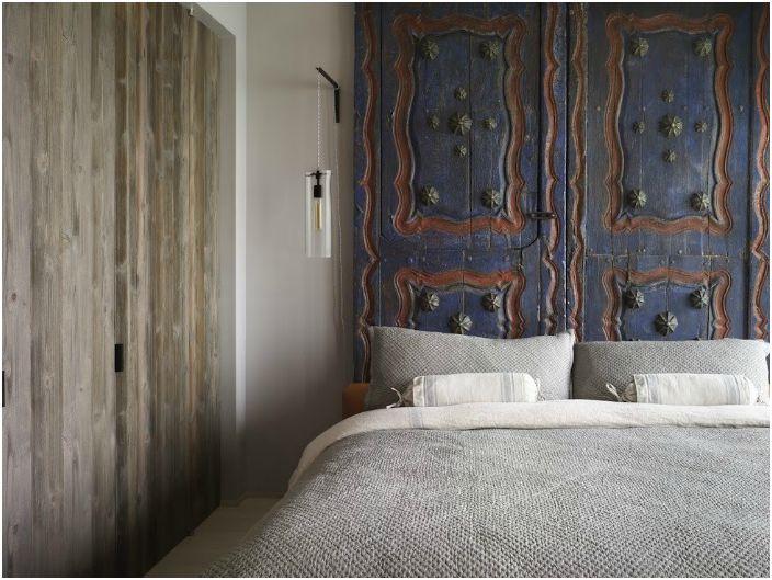 Деревянная дверь, стилизованная под старину, добавит спальне изысканности и таинственности.
