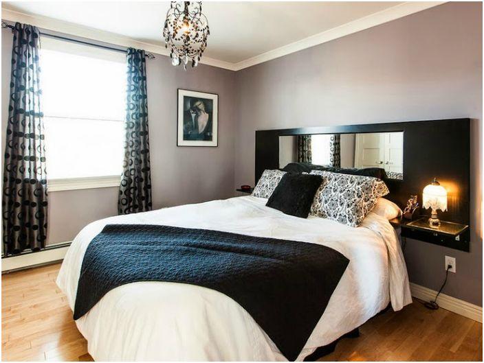 Большое зеркало в изголовье кровати для тех, кто любит любоваться собой в любое время дня и ночи.