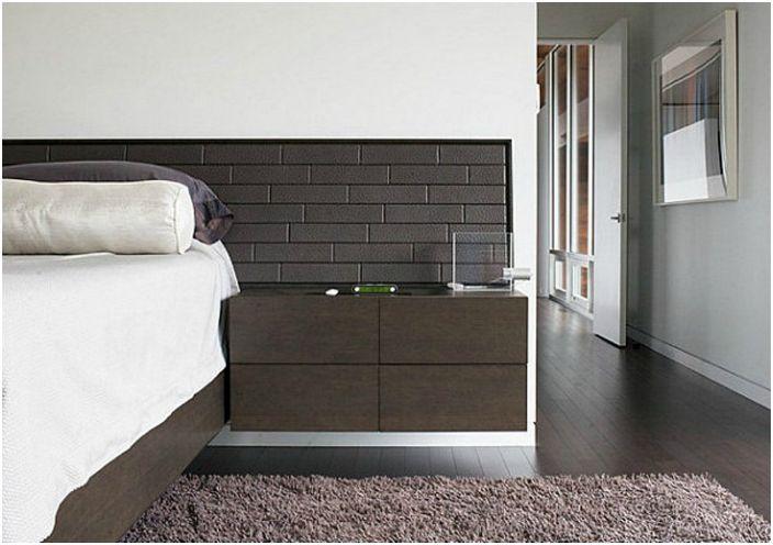 Изголовье кровати, стилизованное под кирпичную кладку.