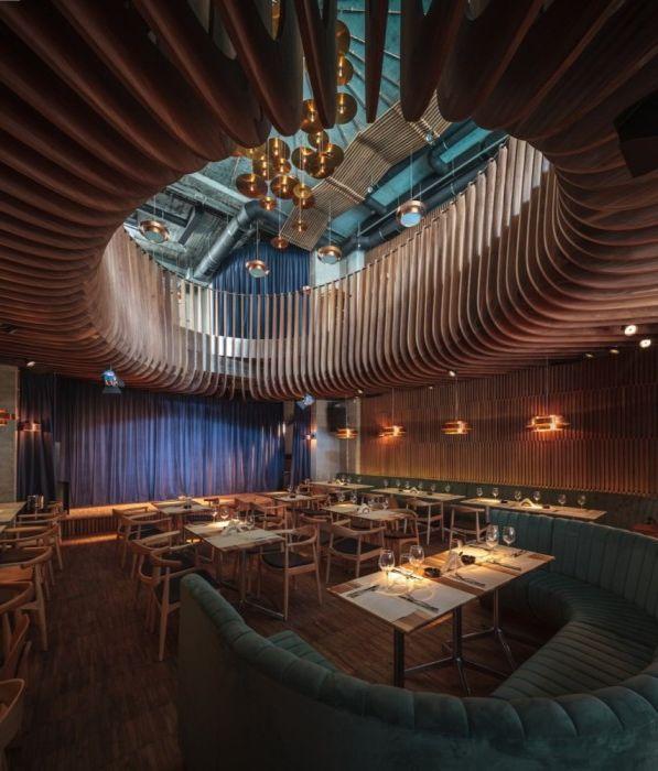 Spektakularne wnętrze klubu-restauracji spełniające wymogi akustyki pomieszczeń.