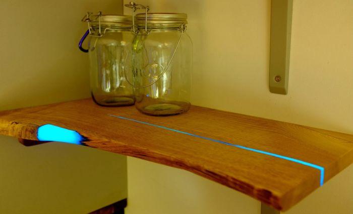 Magiczne półki, które świecą dzięki luminescencyjnej farbie.