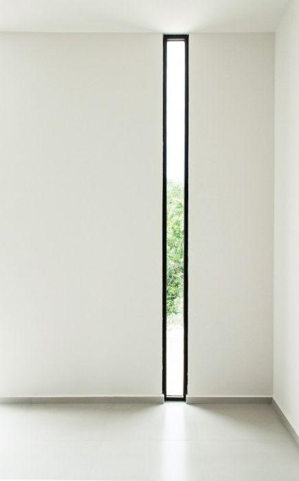 Długie i wąskie okno stworzy w pomieszczeniu wyjątkową atmosferę, ponieważ wpuszcza bardzo mało światła.