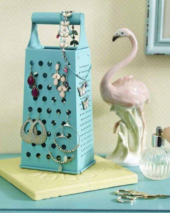 Использовать покрашенную в яркий цвет терку как подставку для украшений.