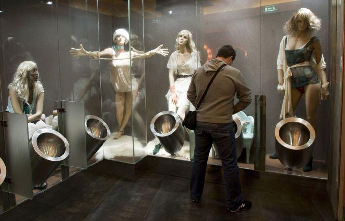 Manequinokkal töltött szürreális öltöző.
