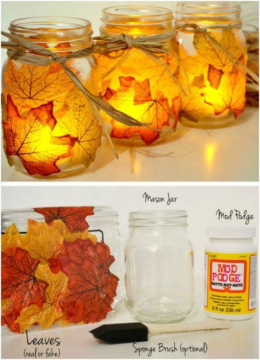 Оригинални свещници, изработени от обикновени стъклени буркани, украсени с жълти листа.