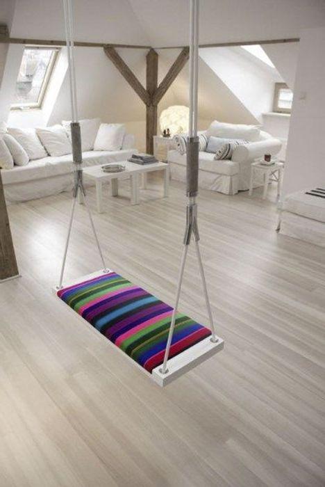 Люлка с въже и красива многоцветна седалка могат напълно да трансформират таванско помещение в дом.