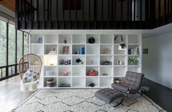 Висящият люлеещ се стол перфектно ще подчертае интериора и ще действа като модерно любопитство в стаята.