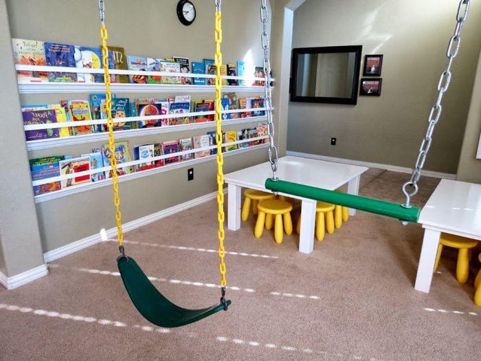 Люлка в детската стая за две деца. Не карайте едно от децата да чака своя ред да играе.
