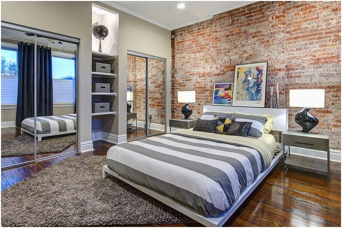 Тухлена стена е идеална техника за спални, такъв контрастен акцент визуално разширява пространството.