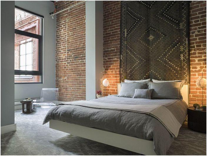 Klasyczny styl we wnętrzu pokoju w połączeniu z ceglaną ścianą będzie wyglądał szlachetnie i świeżo.