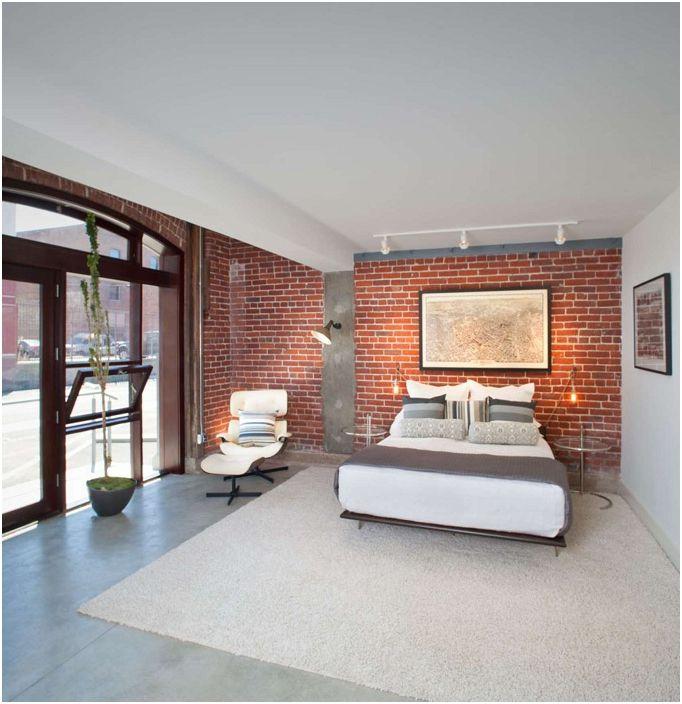 Jasne pomieszczenie z murem, które doskonale podkreśla walory wnętrza.