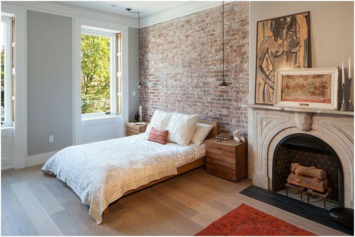 Тухлената стена в спалнята е чудесна находка. Този декор дава място на въображението.