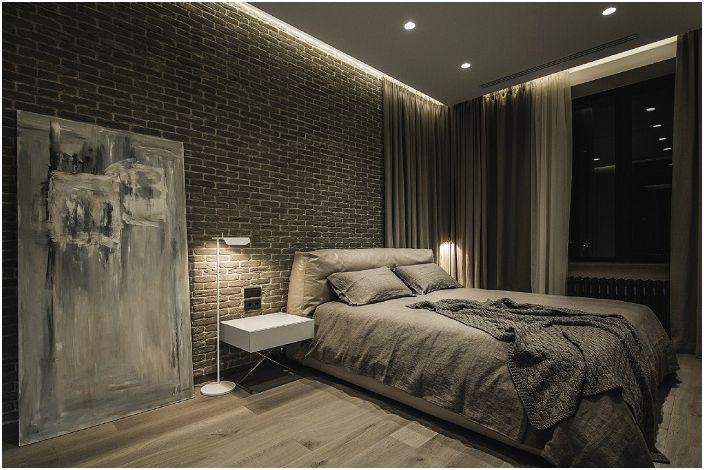 Cegła doskonale harmonizuje z podłogą z desek i łóżkiem.