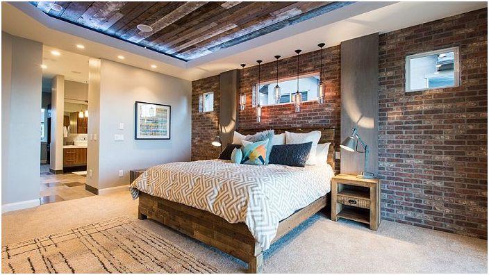 За да се запази основната функция на спалнята - релакс, естествена тухлена стена е идеална.