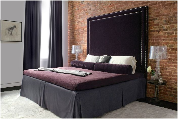 Имитацията на тухлена зидария в спалнята изглежда лаконична и сдържана.