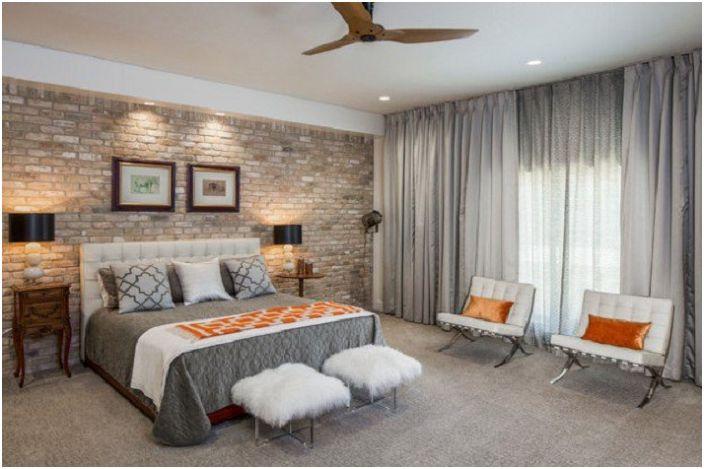 Dekoracja sypialni w odcieniach szarości z drobnymi cegłami.