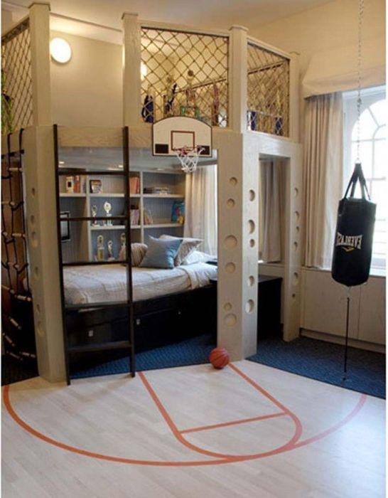 Маленькая баскетбольная площадка в детской.