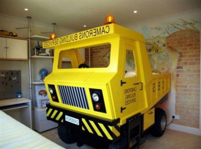 Zabawkowa ciężarówka w pokoju dziecięcym.